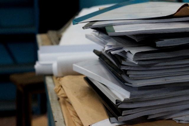 積み上がった書類