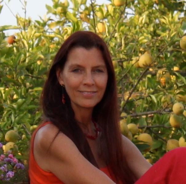 ケイトはメディスン・ウーマンとしてシャーマニック・ヒーリングをはじめ、さまざまなヒーリング手法を学び、ヒーローズ・ジャーニー財団では12年間に渡りファシリテーターとして女性のための大自然の旅をリードしてきている。また、男性も女性も参加できる地球にやさしいスピリチュアルな教育プロジェクト「セイクリッド・リビング・プロジェクト」の共同創始者でもある。     ケイトはバーバラ・ブレナン・スクール・オブ・ヒーリング(BBSH)で16年間ハンズ・オン・ヒーリングを教え、BBSH日本校ではディーン(責任者)を務めた。ヒーラー、教師、セラピストとして、そしてエネルギーと植物とを統合的に扱う。     現在は、世界を旅しながらヒーリングを教え、ニューヨークでは女性の健康について統合的なワークを行っている。また、個人の対面/遠隔ヒーリングセッション、心理プロセスセッション、ワークショップも提供している。ケイトは自身の自然への愛、科学への関心、スピリットへの献身、そしてヒーリングのコミュニティを作りたいという願い・・・これらをヒーラー、教師、セラピストとしての自分のワークに生かしている。
