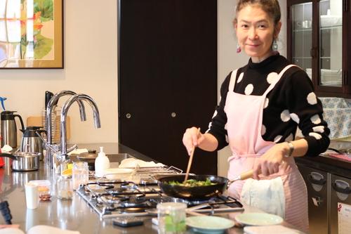 薬膳ライフコーチ須崎桂子が料理しているところ
