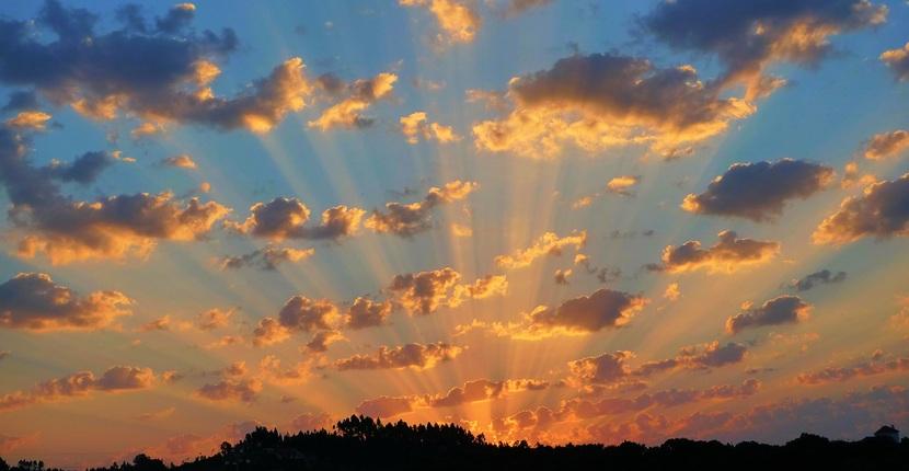 大自然の昇る朝日