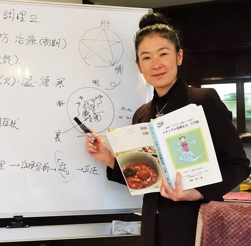 薬膳コースで講義する薬膳ライフコーチ須崎桂子